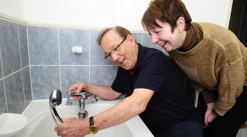 Volunteer fixing shower appliance